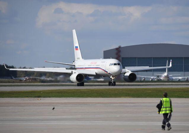 Avião russo Tu-204 com os prisioneiros libertados, após acordo entre Rússia e Ucrânia, no Aeroporto Internacional Vnukovo