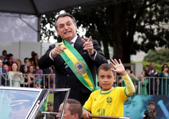 Presidente Jair Bolsonaro desfile em carro aberto durante o 7 de Setembro em Brasília