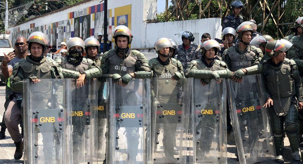 Militares venezuelanos fazem cordão de isolamento na ponte Simón Bolívar, que conecta a Venezuela com a Colômbia