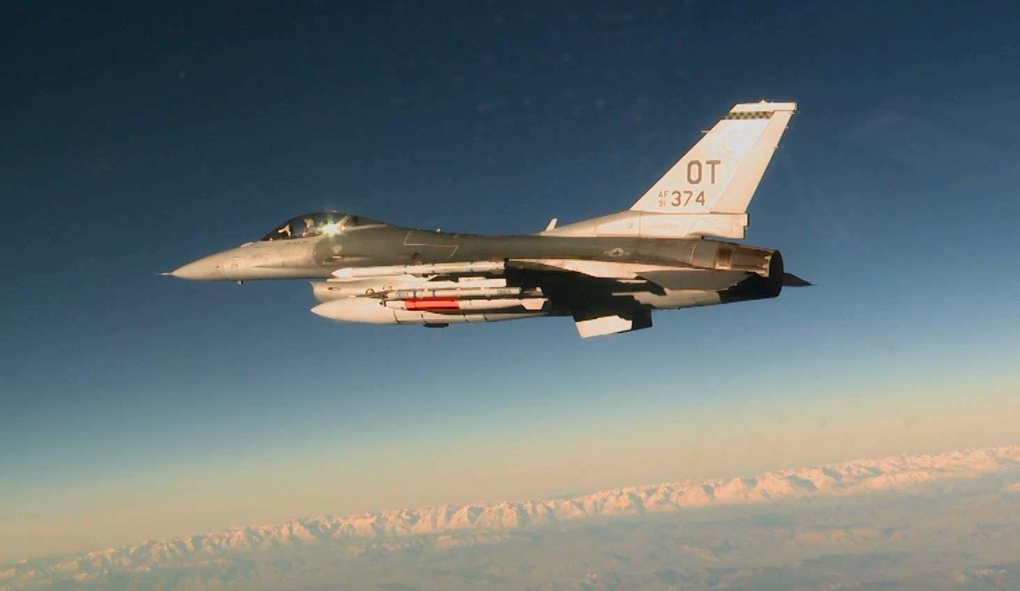 Caça americano F-16C com bomba B61-12