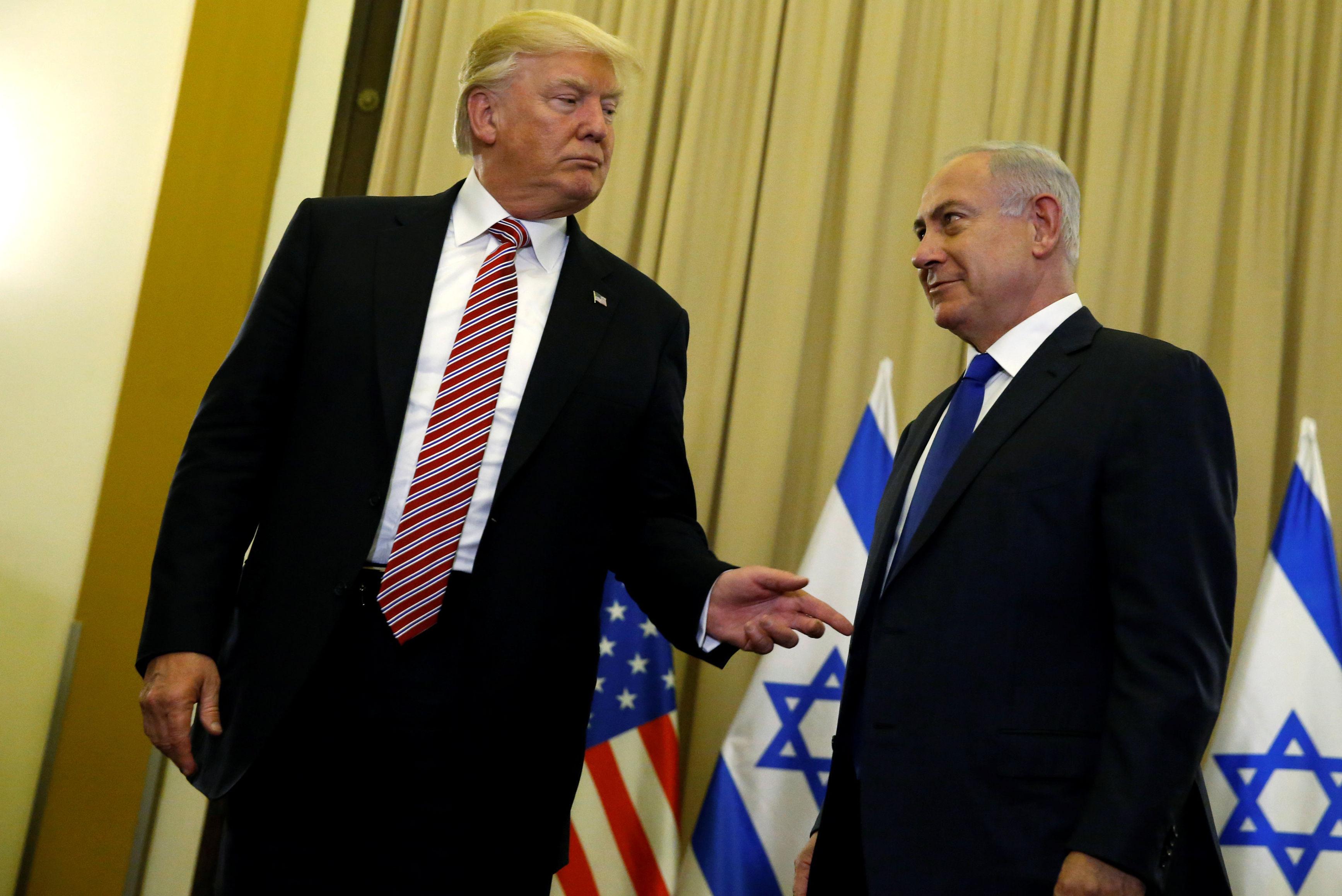 O presidente dos EUA, Donald Trump (E) e o primeiro-ministro de Israel, Benjamin Netanyahu, falando com repórteres antes de sua reunião no Hotel King David, em Jerusalém, em 22 de maio de 2017