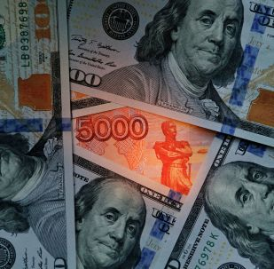 Notas de dólar e rublo (imagem de arquivo)