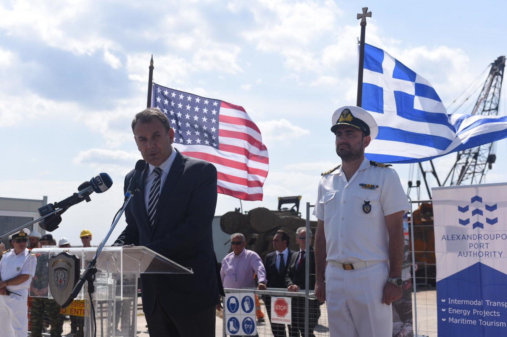 Ministro da Defesa Nacional da Grécia Nikolaos Panagiatopoulos no porto de Alexandrópolis, na Grécia