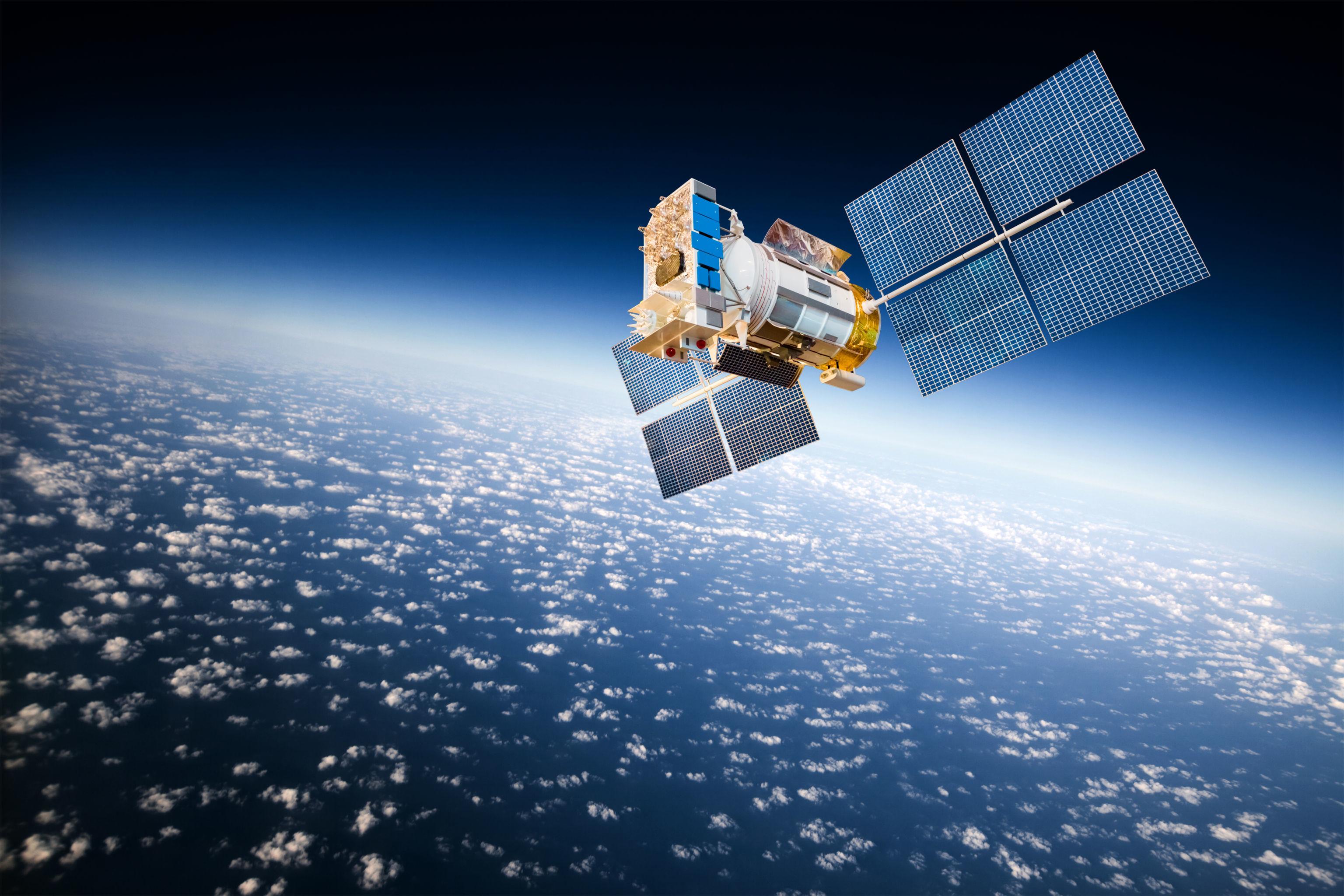 Satélite espacial orbitando a Terra (imagem referencial)