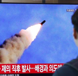 Pessoa assistindo a programa de TV na Coreia do Sul, que mostra os testes de mísseis norte-coreanos, em 10 de Setembro de 2019.