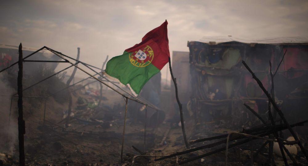 Bandeira de Portugal vista no campo de refugiados perto de Calais, norte da França, outubro de 2016 (imagem referencial)