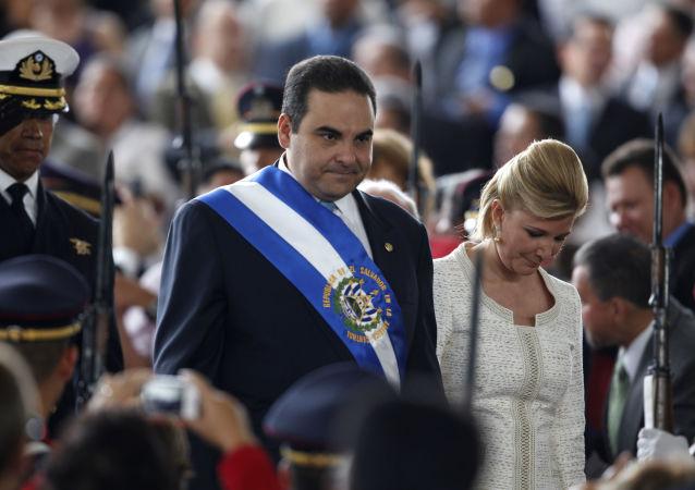 Elías Antonio Saca González, então presidente de El Salvador, com sua esposa, Ana Ligia de Saca, em seu último dia de governo, 1 de junho de 2009