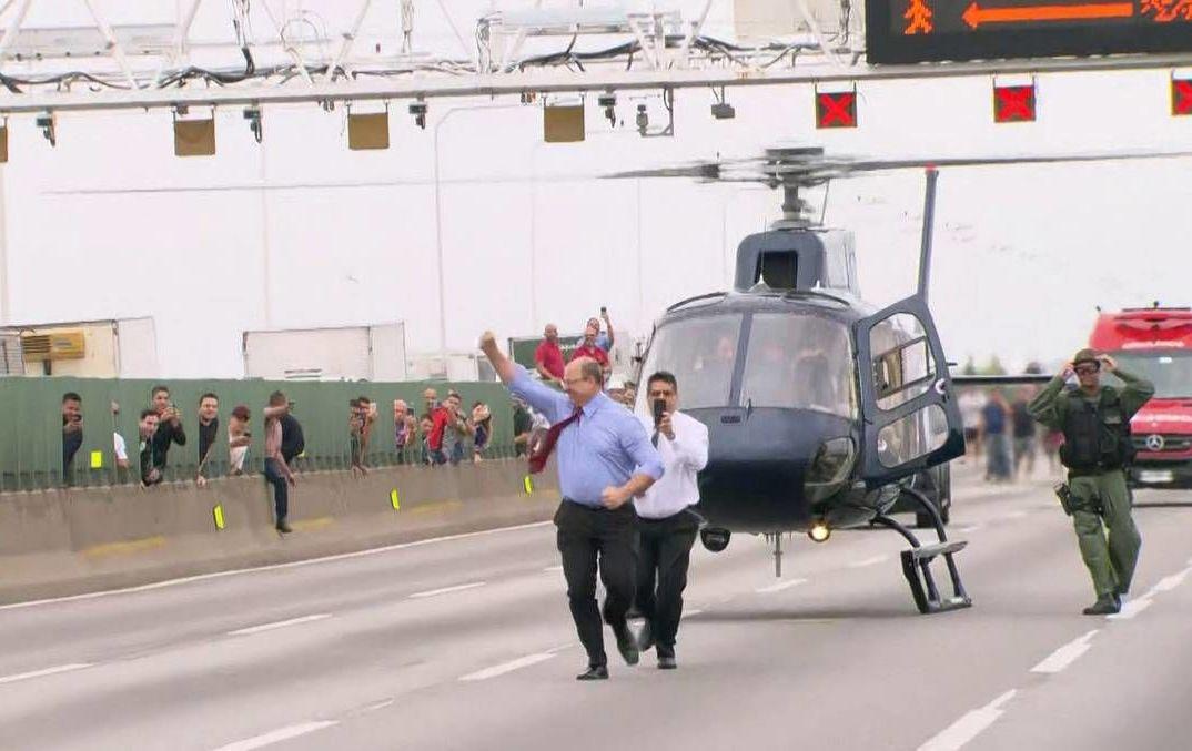 O governador do estado do Rio de Janeiro, Wilson Witzel, comemora a morte de um sequestrador na ponte Rio-Niterói no dia 20 de agosto de 2019.