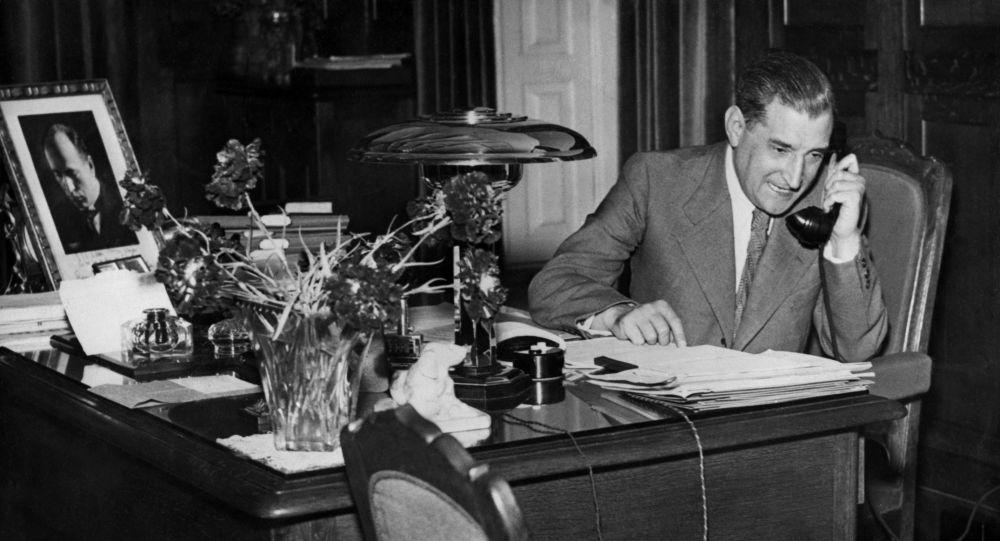 Estadista português António de Oliveira Salazar falando pelo telefone