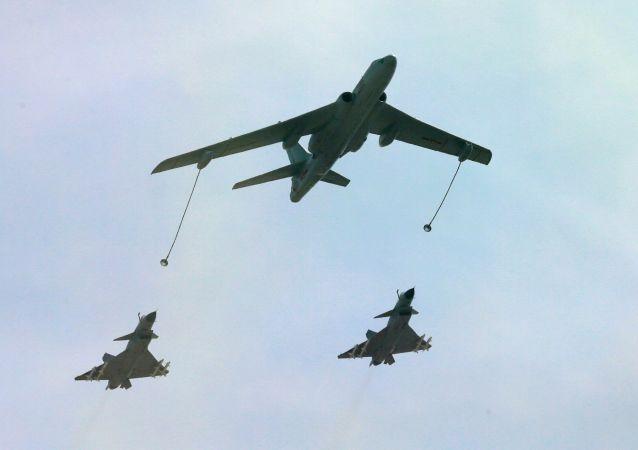Bombardeiro Xian H-6DU voa junto com caças Chengdu J-10В