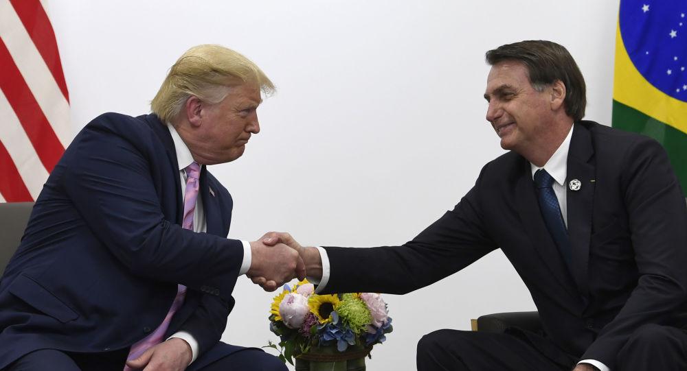 O presidente dos EUA, Donald Trump (à esquerda), cumprimenta o presidente do Brasil, Jair Bolsonaro (à direita) durante encontro bilateral no G-20, em Osaka, Japão, no dia 28 de junho de 2019.