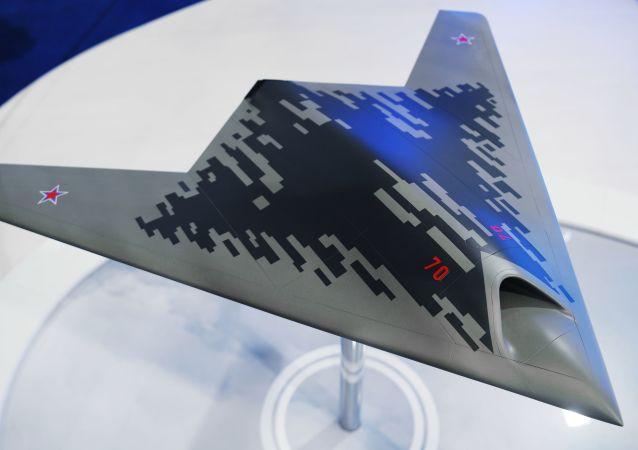 Maquete do drone de ataque S-70 Okhotnik apresentada no Salão Aeroespacial MAKS 2019