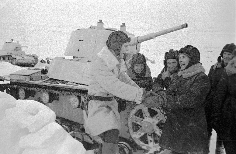 Tripulação de um T-26 em momento de lazer durante a Segunda Guerra Mundial