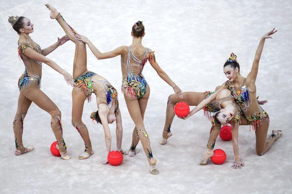 Ginastas russas competindo com bolas no Campeonato Mundial de Ginástica Artística 2019 em Baku, Azerbaijão