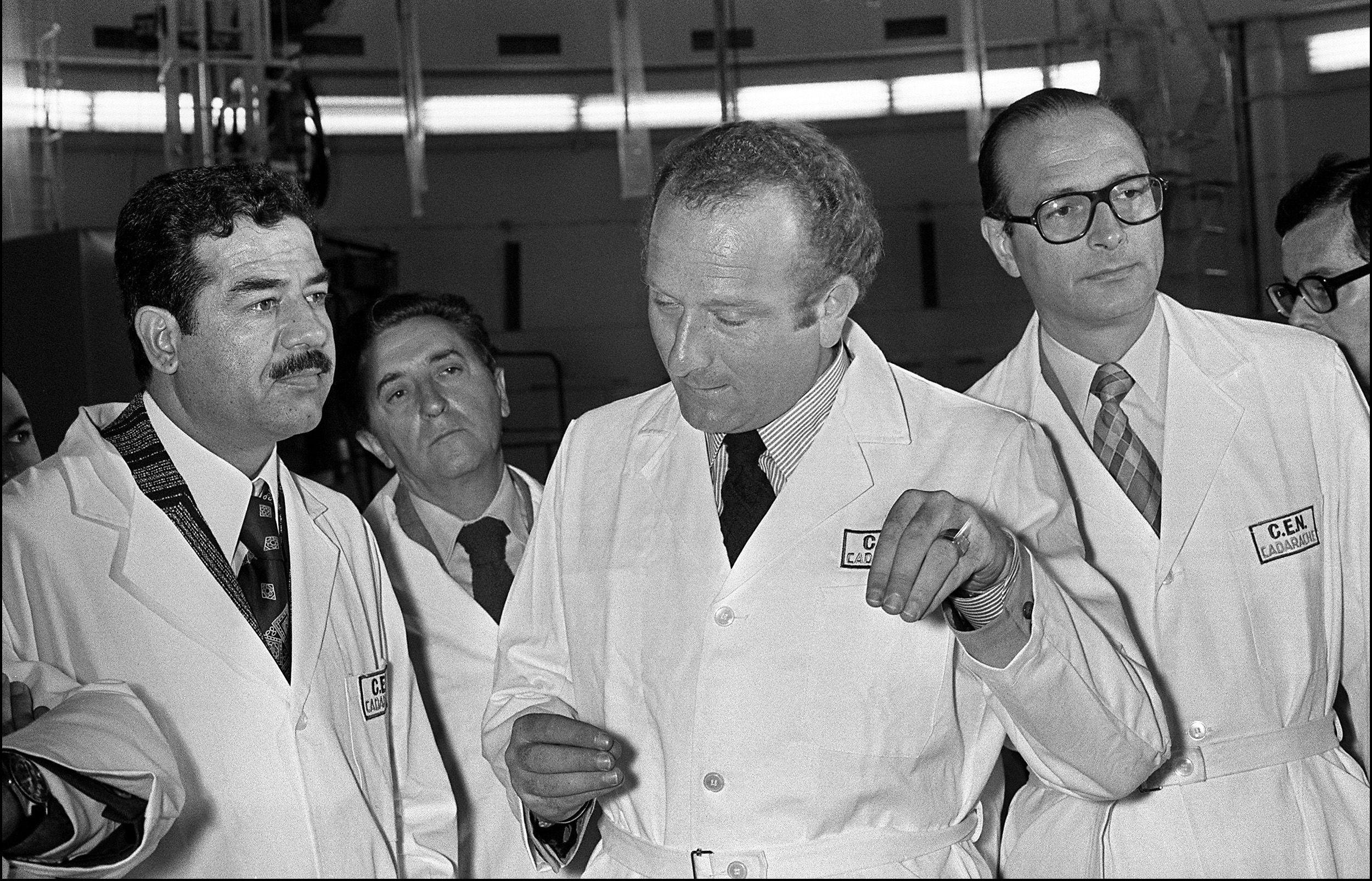 Jacques Chirac e Saddam Hussein em centro nuclear de Cadarache, na França em 1975