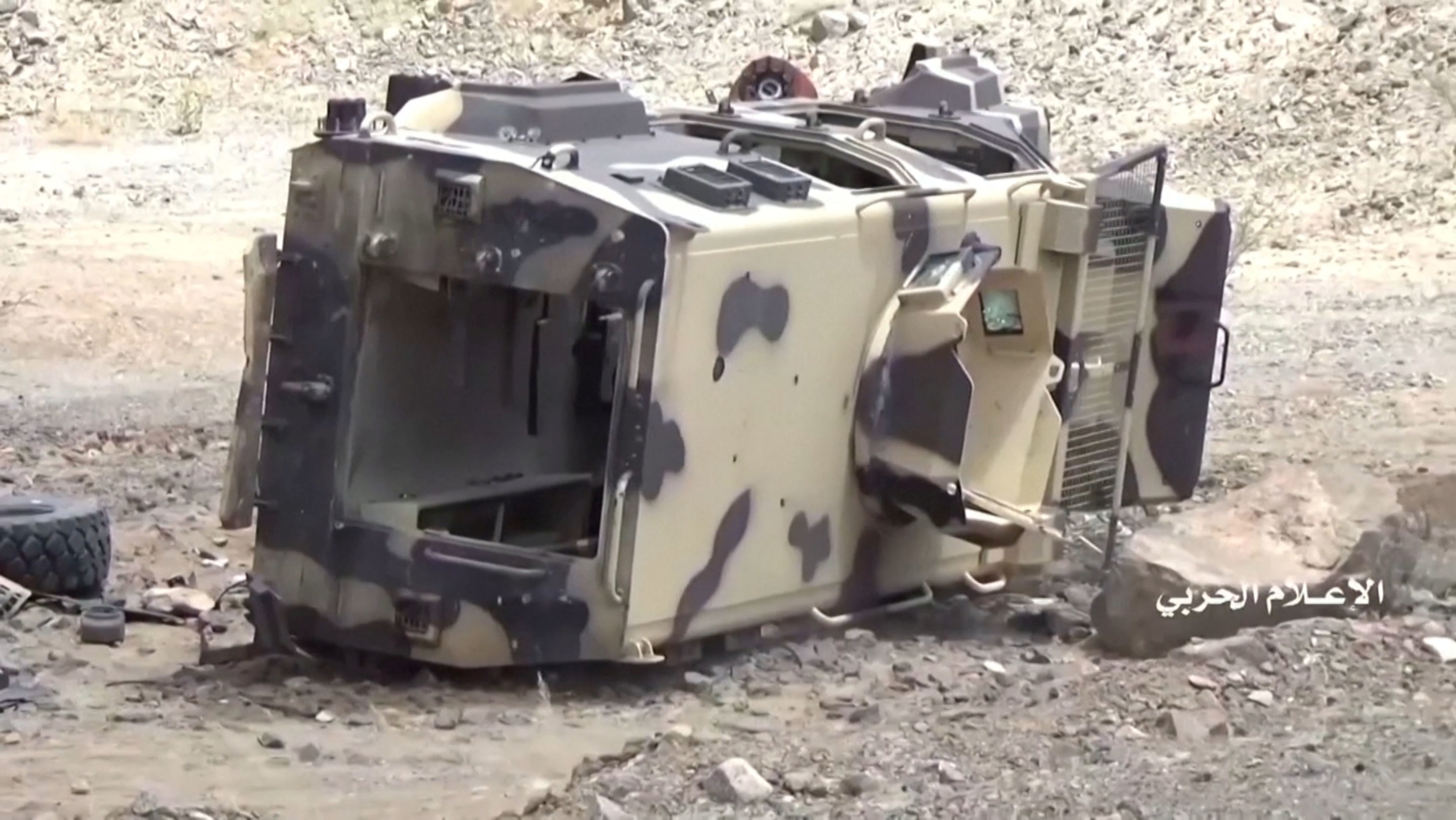 Veículo tombado, supostamente pertencente às forças sauditas, é visto após ataque de houthis iemenitas na província saudita de Najran, perto da fronteira entre Iêmen e Arábia Saudita, 29 de setembro de 2019