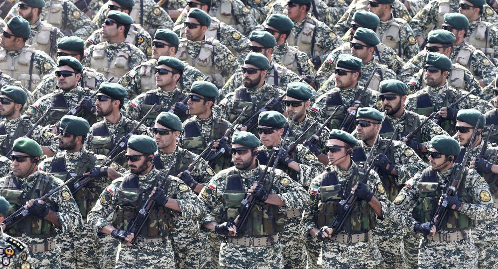 Tropas do exército do Irã marcham durante parada militar (foto de arquivo)