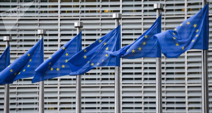 Bandeiras da União Europeia em frente à sede da Comissão Europeia em Bruxelas