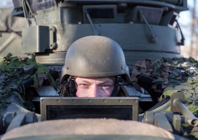 Soldado da OTAN e o veículo de reconhecimento britânico FV107 SCIMITAR na Letônia