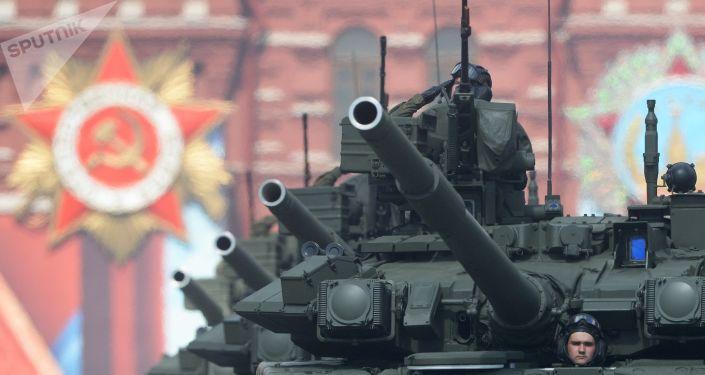 Os tanques de guerra russos T-90A durante o ensaio geral da Parada da Vitória na Praça Vermelha em Moscou, 7 de maio de 2016.