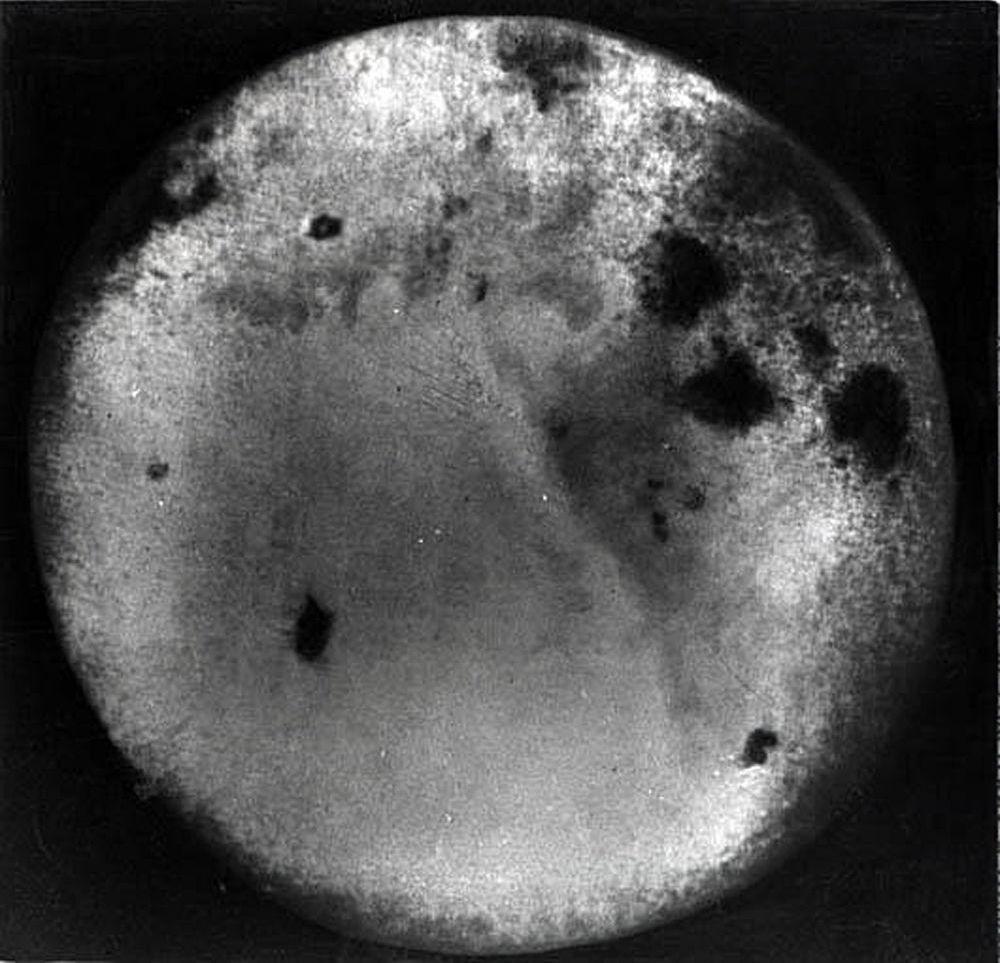 Uma das primeiras fotos do lado oculto da Lua tiradas pela estação Soviética Luna-3