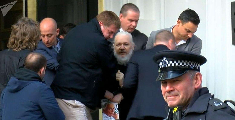 Julian Assange é preso após ter seus status de asilado político revogado pelo Equador, em abril de 2019.