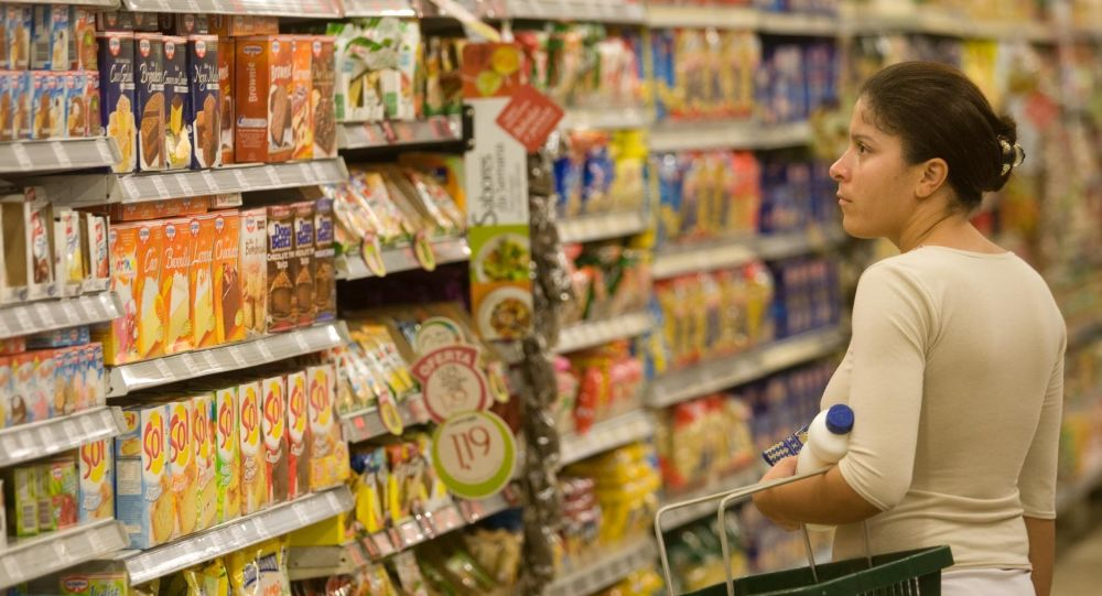 Consumidora compra em supermercado de São Paulo.  em 16 de abril de 2009.