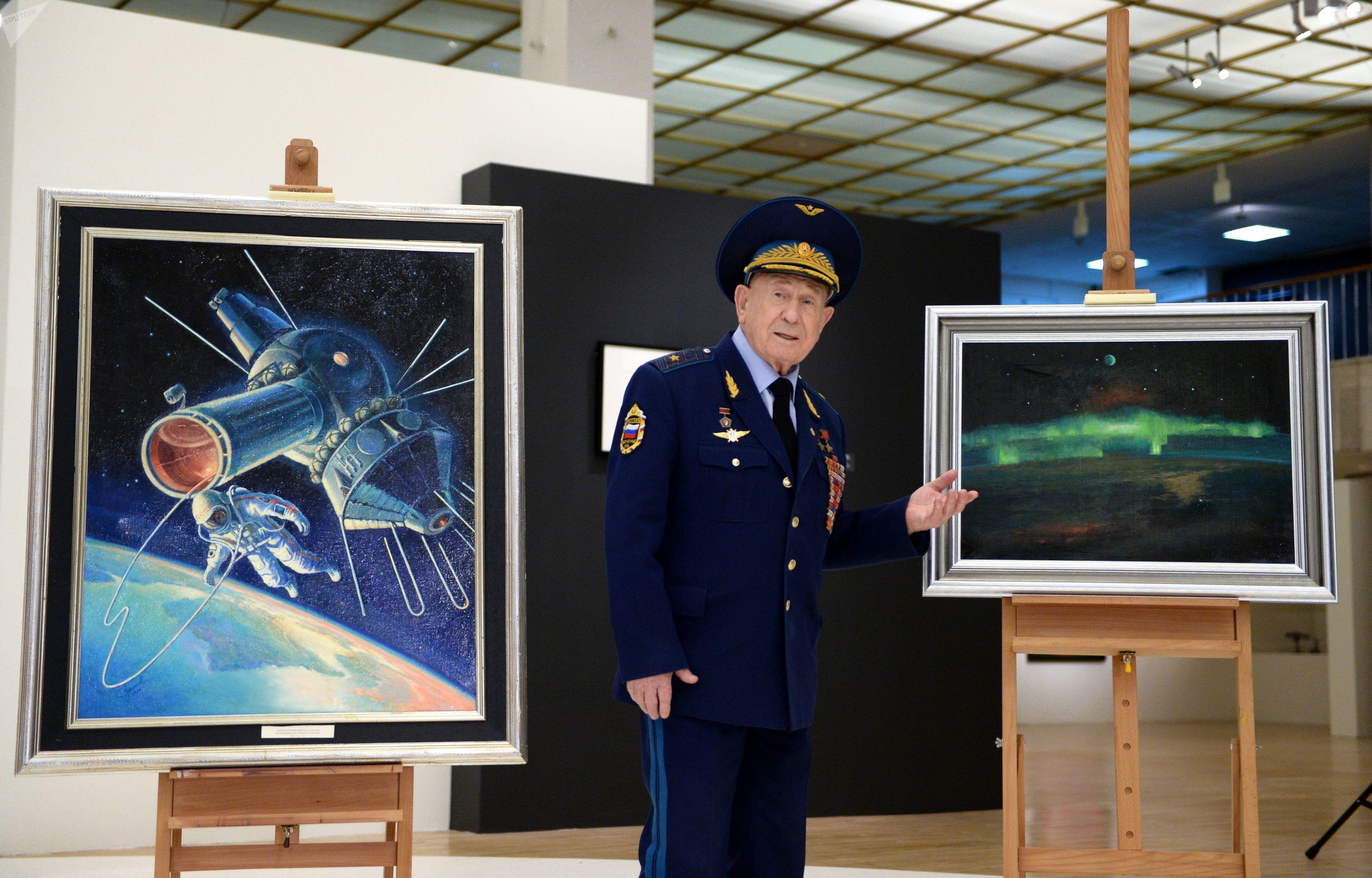 Cosmonauta soviético Aleksei Leonov na cerimônia de entrega de seus dois quadros para a Galeria Estatal Tretiakov
