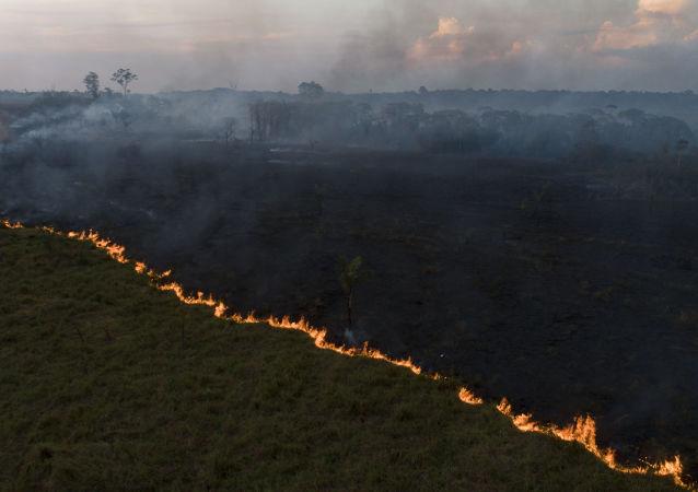 Vista aérea de queimada na Floresta Amazônia, vista à partir da cidade de Porto Velho, capital de Rondônia.