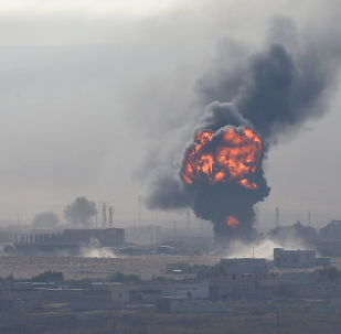 Explosão sobre a cidade fronteiriça síria de Ras al-Ain vista do lado da Turquia, 12 de outubro de 2019
