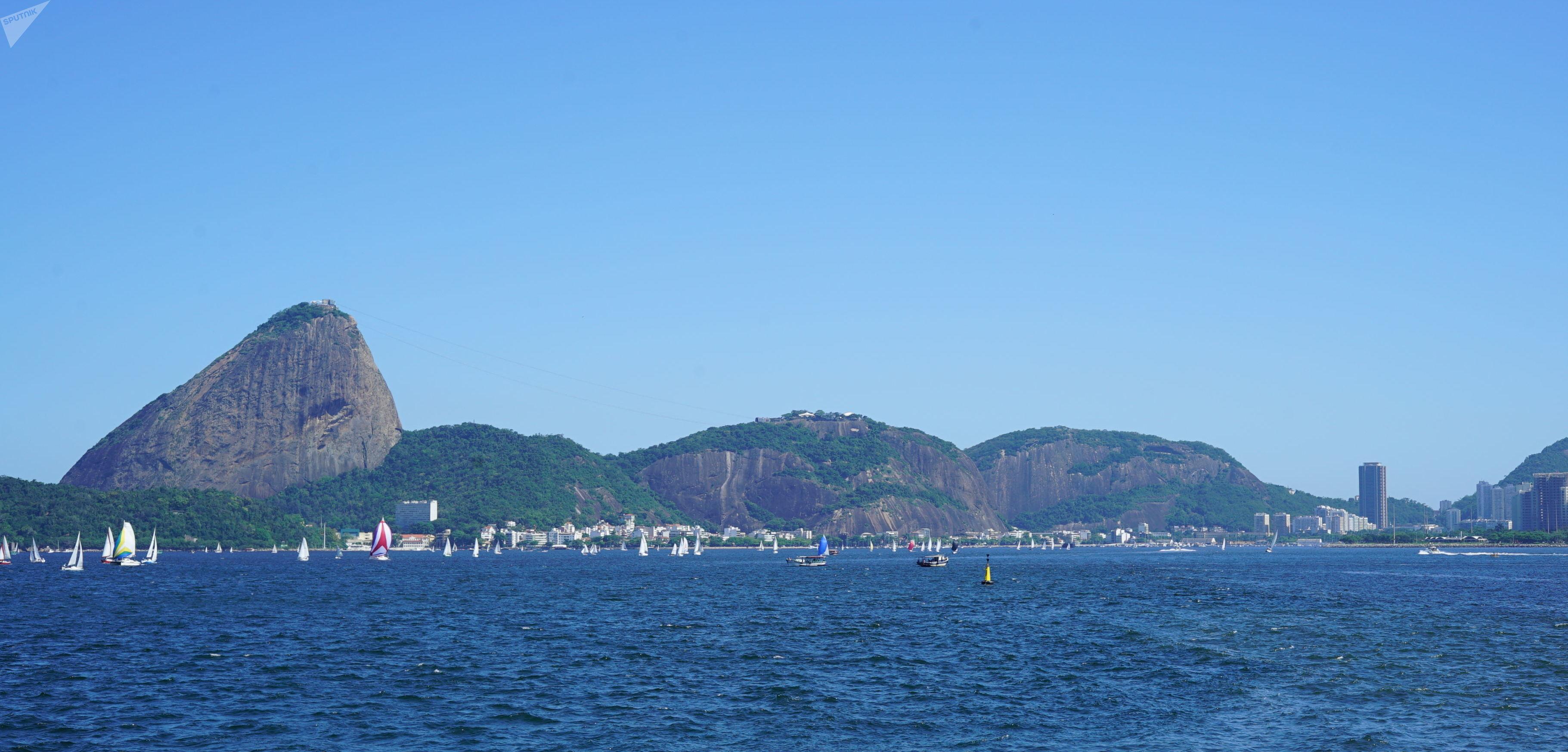 Vista das embarcações em competição na baía de Guanabara durante a 74ª Regata Escola Naval