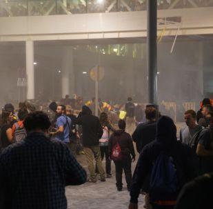 Manifestantes pró-independência da Catalunha entram em confronto com a Polícia no aeroporto de Barcelona.
