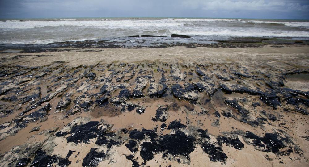 Mancha de petróleo na praia de Sítio do Conde (BA)