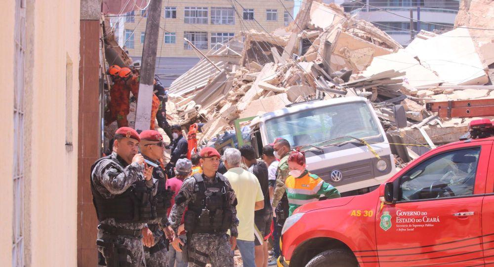 Prédio residencial desaba no Bairro Dionísio Torres, área nobre de Fortaleza (CE), nesta terça-feira (15).
