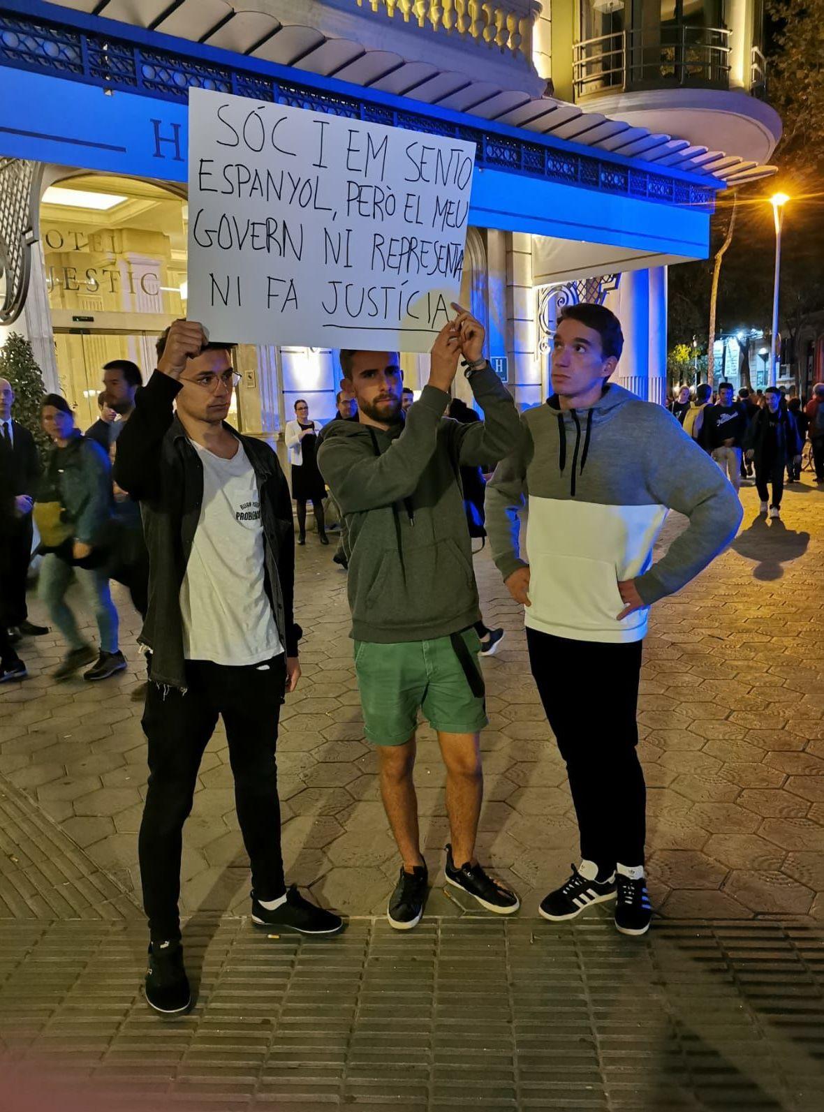 Sou espanhol e me sinto assim. Mas o governo não me representa e não advoga justiça, diz cartaz de manifestantes