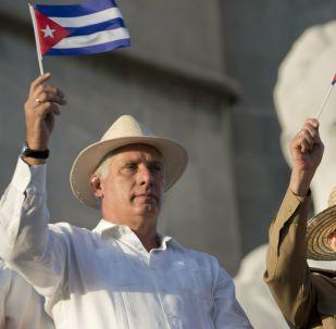 O presidente de Cuba, Miguel Díaz-Canel, à esquerda, ao lado de seu predecessor, Raúl Castro, durante a parada anual de 1º de Maio em Havana.