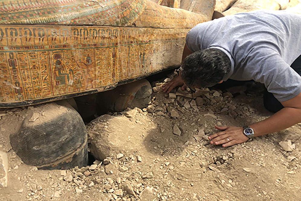 Arqueólogo verifica antigo sarcófago de madeira encontrado em Luxor