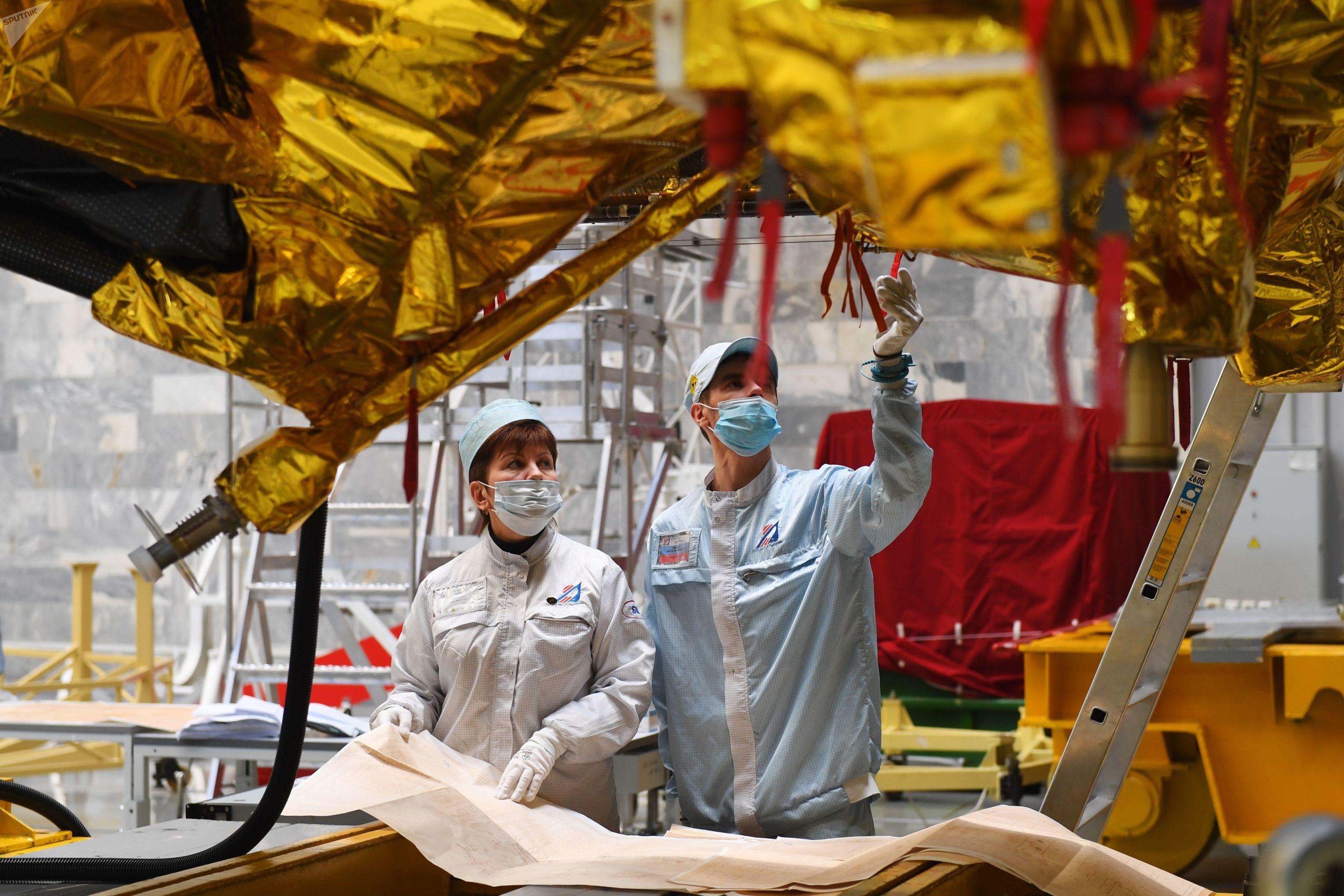 Pesquisadores do Instituto Lavochkin trabalham no telescópio Spektr-RG, antes do seu lançamento, em julho de 2019
