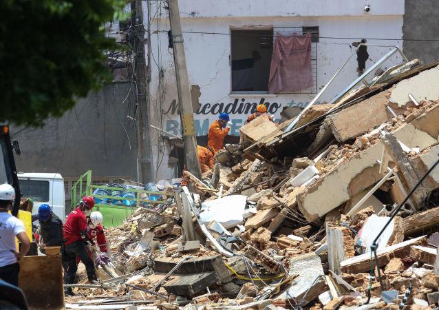 Bombeiros fazem buscas por sobreviventes nos escombros do Edifício Andrea, que desabou em área nobre de Fortaleza (CE)