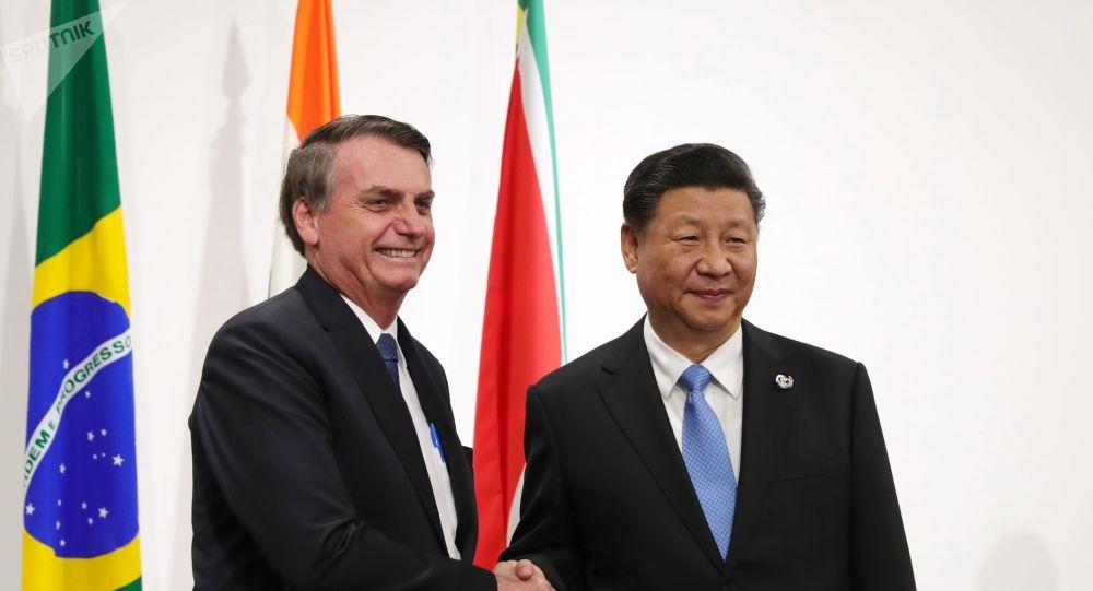 Jair Bolsonaro e o presidente da China, Xi Jinping, posam para foto durante encontro do G20, em Osaka.