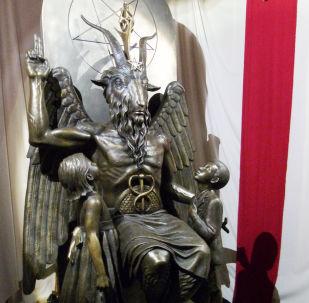Estátua de bronze de Baphomet,  divindade alada com cabeça de cabra que foi associada ao satanismo e ao ocultismo
