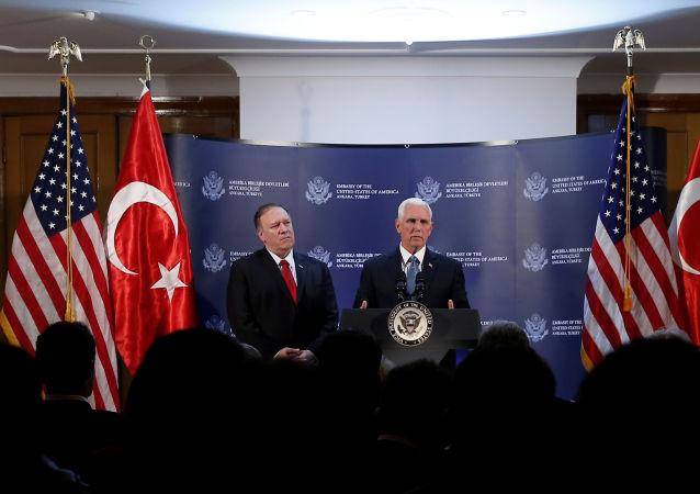 Vice-presidente dos EUA, Mike Pence, ao lado do secretário de Estado Mike Pompeo em Ancara, na Turquia