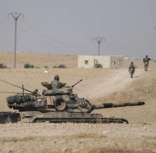 Tanque da Turquia perto da cidade de Manbij, no nordeste da Síria, em 15 de outubro de 2019, após a retirada das forças norte-americanas da região