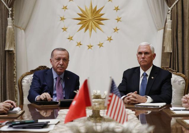 Recep Tayyip Erdogan e Mike Pence