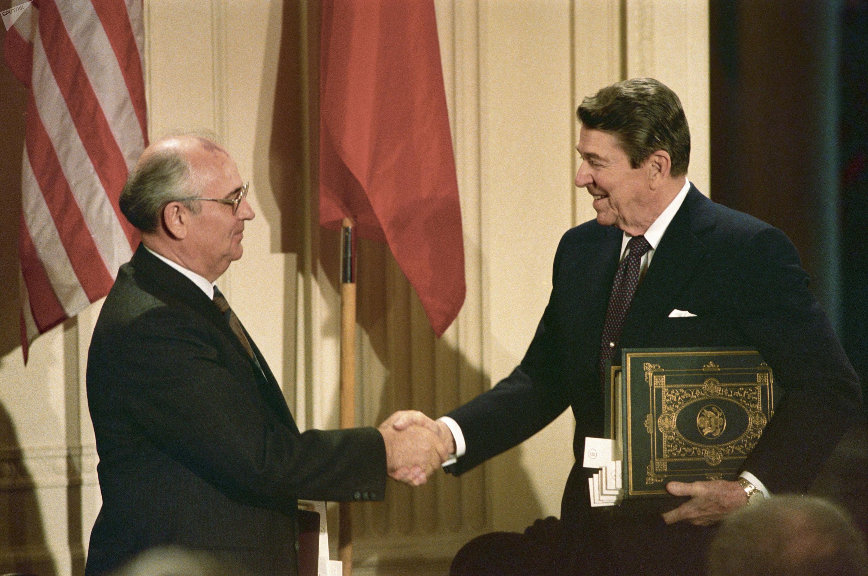 Secretário Geral do PC da URSS, MIkhail Gorbachev, e presidente dos EUA, Ronald Reagan, assinam Tratado INF, em dezembro de 1987