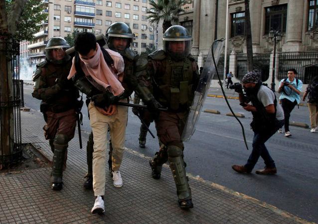 Protesto em Santiago, no Chile, contra o aumento da tarifa do metrô