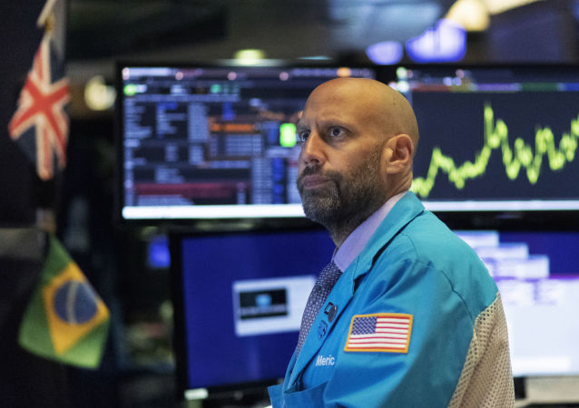 Trader no salão da bolsa de valores de Wall Street observa variações nos preços das ações.