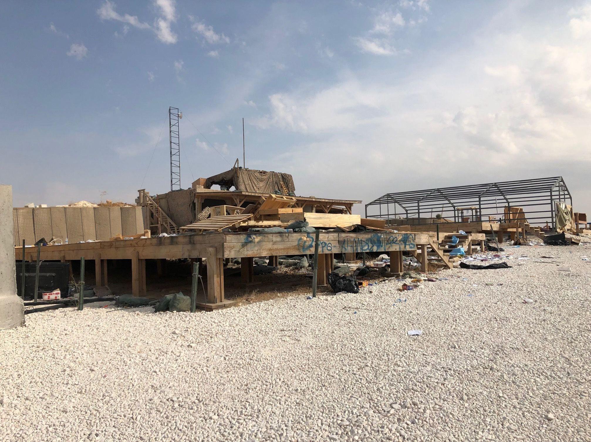 Estruturas de madeira e ferro abandonadas na base de coordenação aérea do Exército dos EUA, em Dadat, nos arredores de Manbij, nordeste da Síria