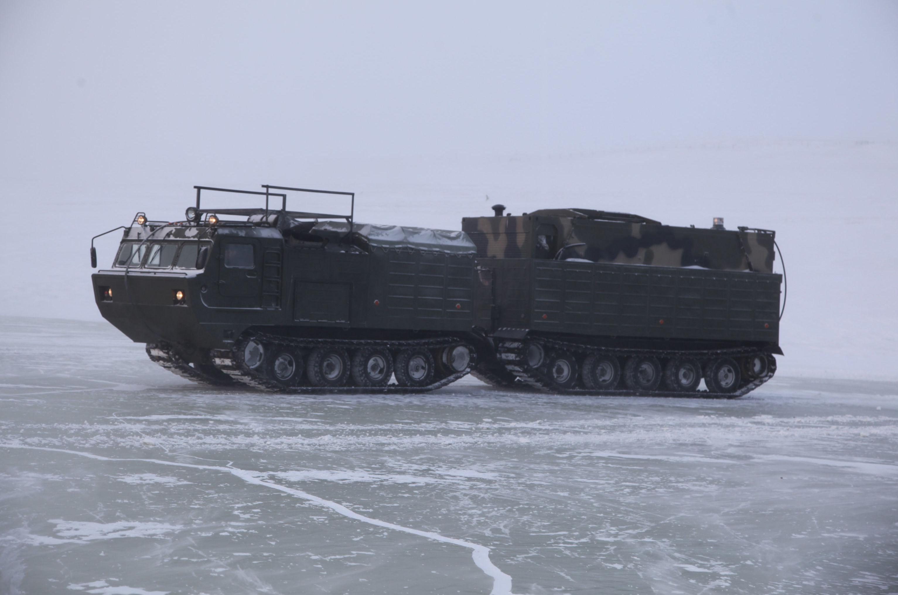 Veículo militar participa de exercícios na zona do Ártico, na Rússia