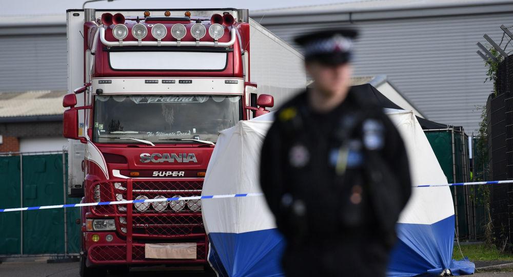 Polícia britânica isola área em torno de caminhão com 39 mortos em seu interior
